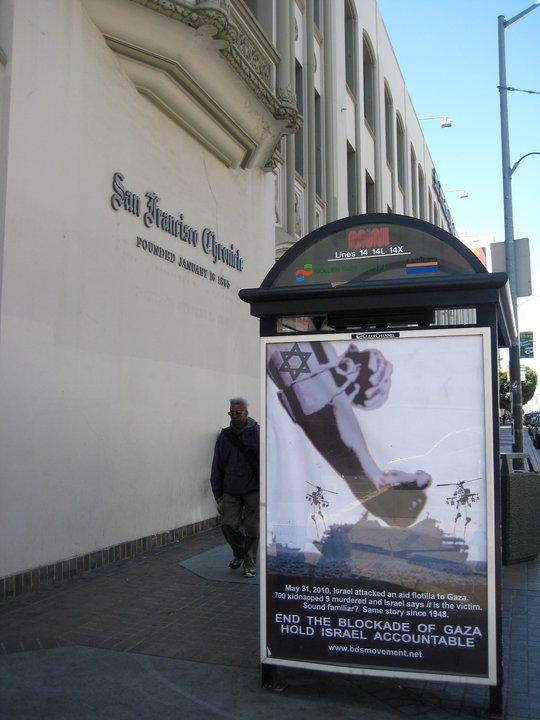 Sebuah banner besar terpampang di samping gedung San Francisco Chronicle, California, mengutuk serangan Israel terhadap relawan flotilla dan tuntutan diakhirinya blokade Gaza (foto: dok.pribadi)
