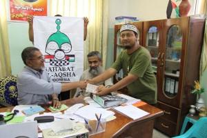 Fanni menyerahkan dana ke Naser Bahrum Pimpinan Islamic Society Rafah Palestine