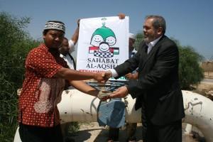Fanni menyerahkan dana sumur air minum kepada Dr Fuad Nahal Pimpinan Al-Jam'iyah Al-Khairiyah Al-Ijtima'iyah di Gaza