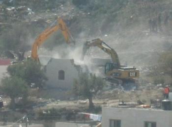 Eskavator Zionis meluluhlantakkan rumah-rumah dan bangunan lainnya milik warga Palestina (foto:av)