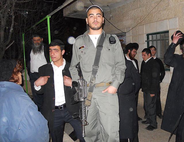 Berlindung: Pemukim-pemukim Yahudi yang sering menteror warga Palestina, lalu berlindung di balik tentara dan polisi Zionis Israel. Foto: ISM Pal
