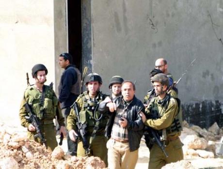 Tukang Culik: Sepasukan serdadu Zionis Israel menyeret dan menculik seorang lelaki Palestina. Tiada hari tanpa kekerasan. Foto: IMEMC News