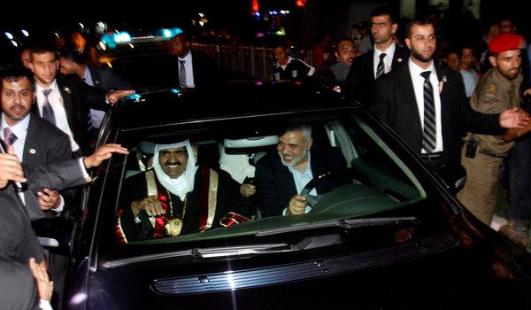 PM Palestina Ismail Haniyah menyupiri Emir Qatar Syekh Hamad bin Khalifa Al-Thani saat mengunjungi Jalur Gaza yang terkepung bulan Oktober tahun lalu. foto: NY Times