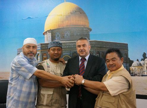 (kiri ke kanan) Direktur Al-Sarraa Foundation, Ketua Umum Sahabat Al-Aqsha, Menteri Waqaf dan Urusan Keagamaan Palestina, dan Wakil HALUAN Malaysia. foto: Sahabat Al-Aqsha
