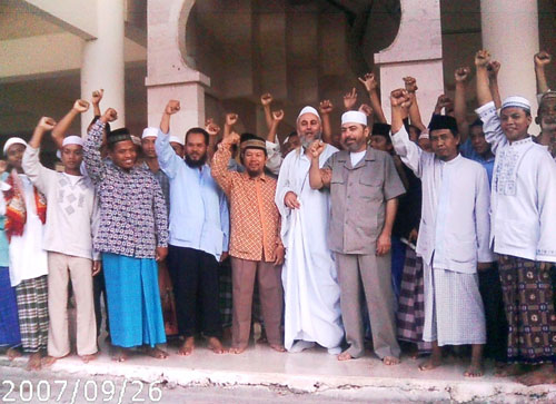 Syeikh Abu Bakr Al-'Awawidah (tengah berpeci putih, berjubah) di Pesantren Hidayatullah, Surabaya, 2007. foto: Hidayatullah.com