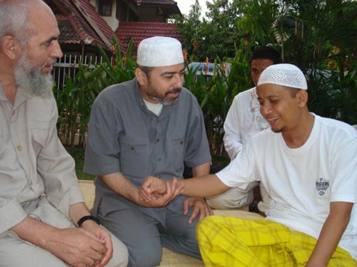Syeikh Abu Bakr Al-Awawida (kiri) dan Direktur Al-Sarraa Foundation (tengah) pada Ramadhan 1428 (2007) mengunjungi Arifin Ilham yang waktu itu baru pulih dari operasi di lehernya. foto: Sahabat Al-Aqsha