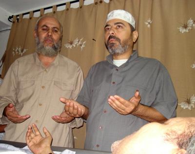 Syeikh Abu Bakr Al-'Awawidah (kiri) dan Direktur Al-Sarraa Foundation mendoakan Pepeng yang terbaring sakit, 2007. foto: Arsip Sahabat Al-Aqsha