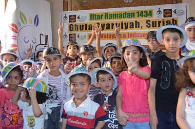Terima kasih Bapak-bapak, Ibu-ibu, Abang-abang, Kakak-kakak, teman-teman di Indonesia dan Malaysia. Meski di tengah ngerinya perang, kami diberi acara dan hadiah yang menyenangkan. Semoga Allah membalas dengan Syurga yang jauh lebih menyenangkan. foto: Sahabat Suriah/HALUAN/Al-Sarraa