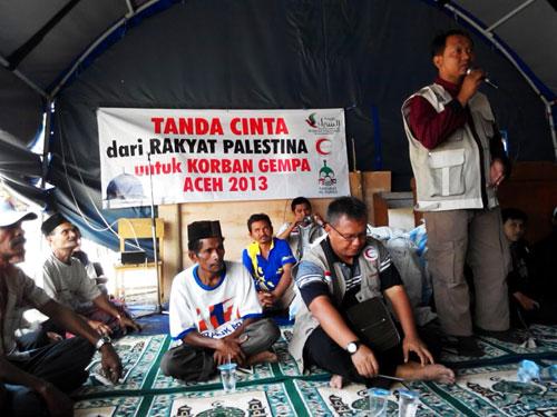 M. Fanni Rahman (berdiri) Ketua Umum Sahabat Al-Aqsha menyampaikan salam cinta dari Gaza kepada saudara-saudara korban gempa di Aceh Tengah. foto: Sahabat Al-Aqsha