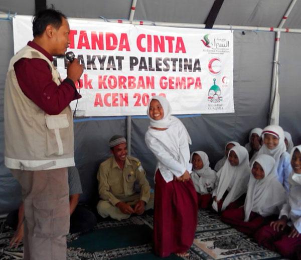 Fanni sedang bercerita tentang perjuangan Saudara-saudara di Palestina menghadapi penjajah. foto: Sahabat Al-Aqsha