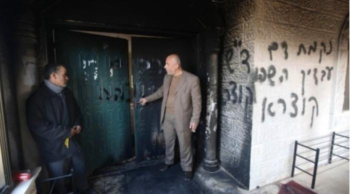 "Masjid Ali bin Abi Thalib kota Dirastia. Salfit, Tepi Barat yang dibakar pemukim ilegal Yahudi. Tulisan Ibrani itu diantaranya ""Enyahlah Arab!"". foto: AFP/Alray"