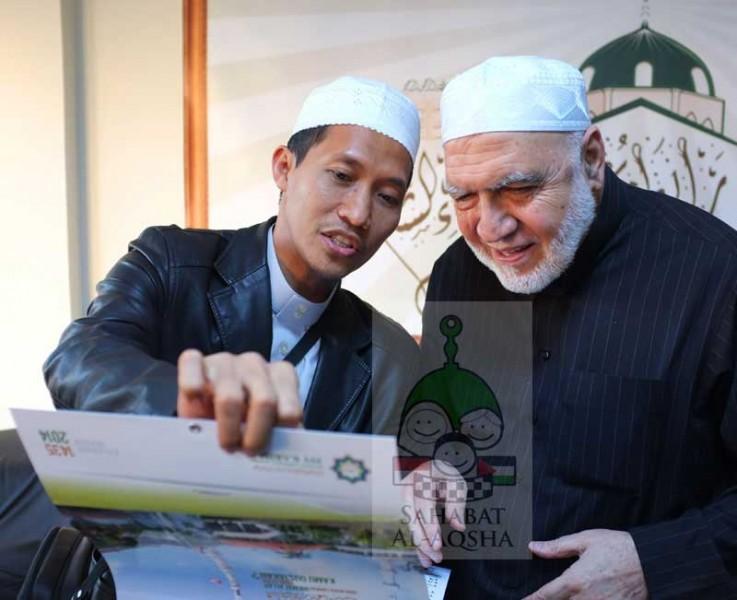 Ust. Syihabuddin (kiri), Mudir Ma'had 'Isy Karima lit-Tahfizhil Quran menerangkan sesuatu dari kalender yang diterbitkan lembaganya kepada Syeikh Usamah Ar-Rifa'i, Ketua Rabithah 'Ulama Syam. foto: Sahabat Al-Aqsha