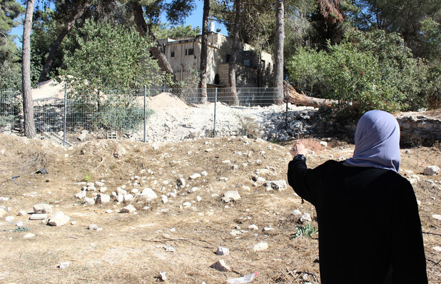 Nenek Elmuti menunjuk tempat tinggalnya dahulu di Desa Deir Yassin yang penduduknya dibantai penjajah zionis tahun 1948. Foto: Electronic Intifada