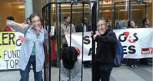 Para aktivis berdemonstrasi di depan kantor Yayasan Gates agar yayasan tersebut menarik investasinya dari G4S yang bekerja sama dengan penjajah zionis 'Israel. Foto: Electronic Intifada
