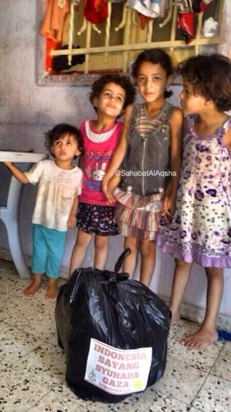 Anak-anak ini dan relawan kita sama hebatnya. Ini suara bom-bom zionis sedang menggelegar! Foto: Sahabat Al-Aqsha