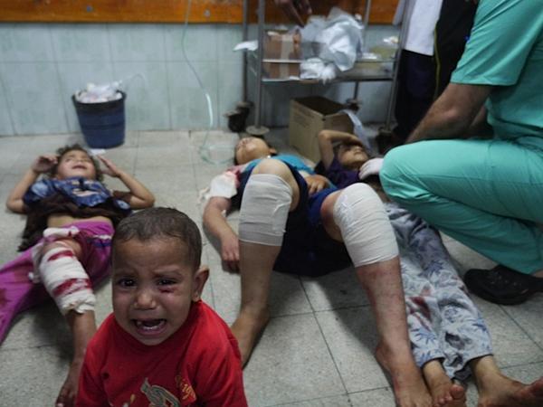 Anak-anak pengungsi di salah satu sekolah UNRWA di Beit Hanoun, Gaza Utara, sehabis diserang pesawat-pesawat jet zionis pada agresi. Foto: Irish Camera