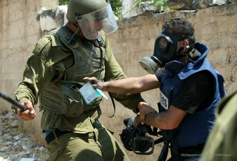 Serdadu penjajah Zionis Israel pukuli wartawan dalam suatu kegiatan peliputan. foto: Middle East Monitor