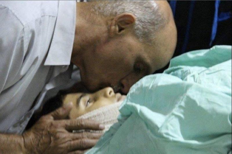 Samir mencium anaknya Bahaa terakhir kali sebelum dimakamkan. Foto: @ItsMenaNice