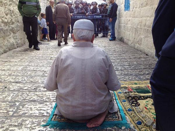 Jamaah terpaksa shalat di gang-gang karena zionis tutup semua pintu Masjidil Aqsha. Foto: @sahabatalaqsha