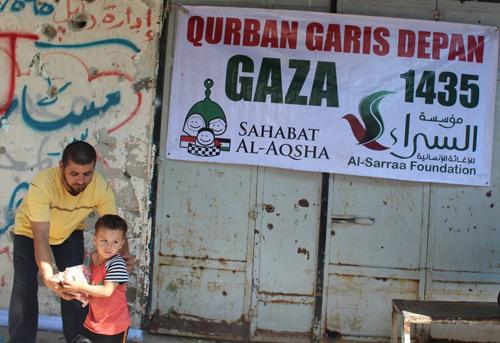 Bilang kepada Ayah dan Ibu, ini dari keluarga kita di I-n-d-o-n-e-s-i-a. Foto: Sahabat Al-Aqsha/Al-Sarraa Foundation
