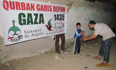 Dibungkus dengan kesungguh-sungguhan mengerjakannya. Foto: Sahabat Al-Aqsha/Al-Sarraa Foundation