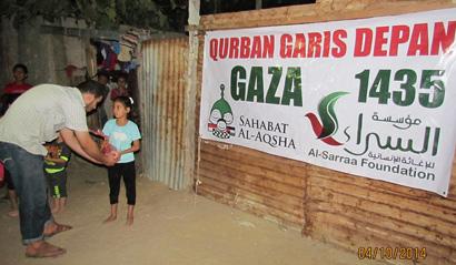 Hari ini daging qurban, besok Allah kirimkan rumah pengganti lewat keluarga kita di Indonesia. Foto: Sahabat Al-Aqsha/Al-Sarraa Foundation