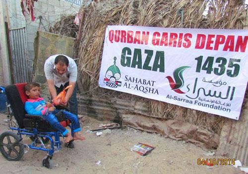 Dindaku yang mulia, ejalah Indonesia di sela-sela dzikir dan doa-doamu. Supaya bergetar langit dan bumi yang melingkupi negeri itu, melimpahinya dengan berkah dari Pemilik Sejatinya. Agar terbatalkan kemungkinan bencana-bencana itu. Foto: Sahabat Al-Aqsha/Al-Sarraa Foundation