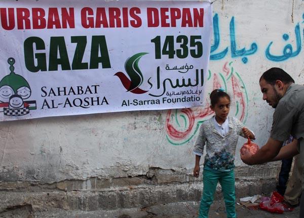 Ya terpaksa disampaikan di pinggir jalan seperti ini.. Foto: Sahabat Al-Aqsha/Al-Sarraa Foundation