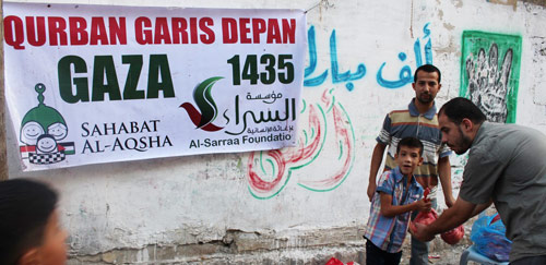 Maaf, jangan marah ya, karena dibagikan di jalan. Foto: Sahabat Al-Aqsha/Al-Sarraa Foundation