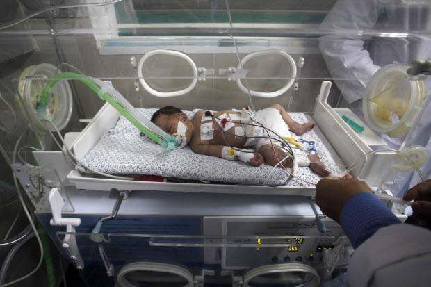 Bayi-bayi seperti Shayma di sebuah rumah sakit di Selatan Gaza ini sebentar lagi tak akan bisa mendapatkan perawatan intensif dengan peralatan inkubator karena bahan bakar untuk listrik semakin habis. Foto: AFP