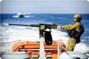 Gerombolan serdadu zionis di laut Gaza. foto: PIC
