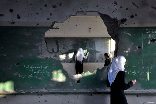 Salah satu ruang kelas di Gaza yang rusak akibat kejahatan agresi Zionis Juli-Agustus lalu. Foto: Middle East Monitor