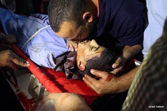 Seorang kerabat mencium jenazah Urwah sebelum dimakamkan. Foto: Istimewa