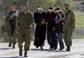 Arsip Foto Maan News Agency: Begini cara serdadu-serdadu penjajah Zionis 'Israel' menangkap dan menyekap para Muslimah Palestina.