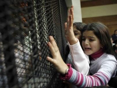 Anak Palestina saat mengunjungi ayahnya yang disekap di penjara Zionis. Foto: Arsip PIC