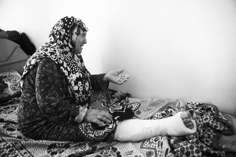 Dipotret pada 16 September 2014. Mariam al-Nawasra menangis saat mengingat kembali rumah cucunya Awad al-Nawasra diserang. Empat anggota keluarganya terbunuh dalam serangan 9 Juli 2014 itu, yakni cucunya Salah al-Nawasra beserta istrinya Aisha yang tengah hamil empat bulan, serta cucu Mariam, Mohammed Khalaf (2) dan Nidal Khalaf (4). Saat terjadi serangan, Mariam ada di dalam rumah dan terjebak di bawah reruntuhan rumah selama dua jam. Ia menjadi buta dan telinga kirinya tuli akibat luka-luka yang dideritanya. Kakinya patah dan ia merasakan sakit di sekujur tubuhnya. Salah seorang putrinya, Filastine, terbunuh musim panas lalu dalam serangan terpisah di sekolah Beit Hanoun yang digunakan sebagai tempat penampungan. Salah seorang dari anak lelakinya dibunuh oleh pasukan Zionis pada tahun 1993. Mariam, berasal dari desa Julis di utara Palestina. Saat peristiwa Nakba 1948 terjadi, ia berusia 12 tahun.