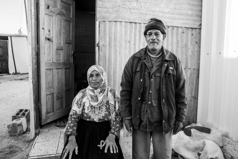 Dipotret pada 9 November 2014. Ghalia Suleiman Odeh (70) dan suaminya Naim (75) di depan karavan tempat tinggal mereka. Sekitar 400 warga Palestina tinggal di kamp pengungsian ini. Rumah mereka hancur akibat serangan Zionis di desa Khuza'a. Naim mengatakan bahwa ia telah tinggal di rumah yang dibangun oleh ayahnya itu sejak kecil.