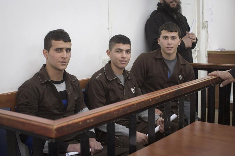 Pemuda Palestina dari desa Nabi Saleh, Tepi Barat, saat diadili di pengadilan militer Ofer pada 21 Desember. Foto: Oren Ziv/ActivStills