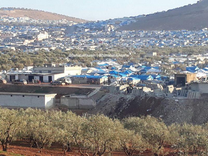 Inilah kamp pengungsi Rahmah di desa Al-Qah yang kita kirimi makanan, matras, dan selimut.