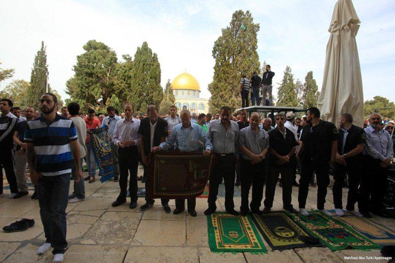 Jamaah Muslim hendak melaksanakan shalat Jum'at di kompleks Masjid al-Aqsha. Foto: Mahfouz Abu Turk/Apaimages