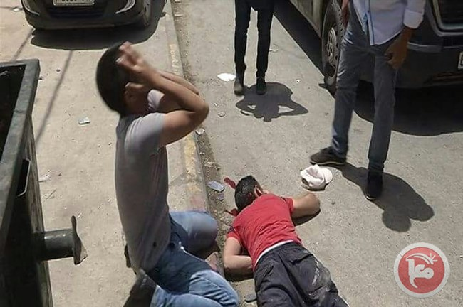 Seorang warga Palestina berduka di sisi jenazah Muataz Hussein Hilal Bani Shamsa (23). Foto: Ma'an News Agency