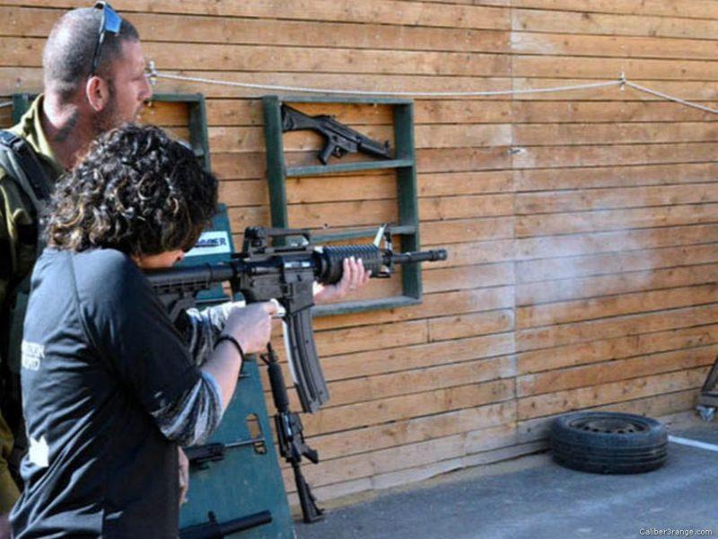 Penjajah Zionis menawarkan kesempatan pada wisatawan untuk merasakan menjadi serdadu Zionis yang bisa seenaknya mengeksekusi warga Palestina. Foto: Caliber3range.com
