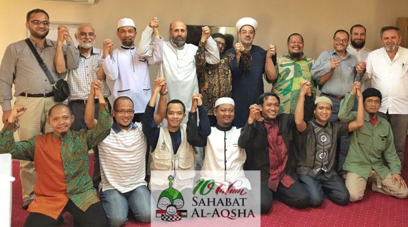 Para Penasihat Sahabat Al-Aqsha (Ust. Musthafa Umar, Ust. Abdullah Soleh Hadrami, Ust. M. Fauzil Adhim, Ust. Salim A. Fillah) dan para Relawan Sahabat Al-Aqsha bersama Hai'ah Ulama Filistin fil Kharij (Perhimpunan Ulama Palestina di Pengasingan). Foto: Sahabat Al-Aqsha