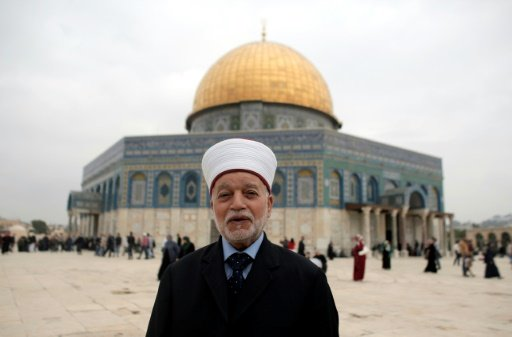 Mufti Baitul Maqdis Muhammad Hussein di depan Masjid Qubbah As-Sakhrah di kompleks Masjidil Aqsha, Kota Tua Baitul Maqdis, 6 November 2015. Foto: AFP
