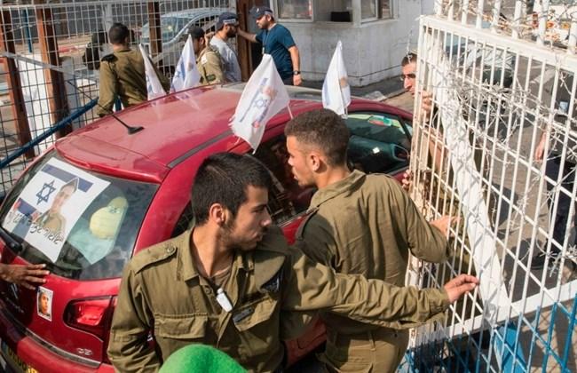 Mobil yang membawa serdadu Zionis, Elor Azaria, yang divonis 18 bulan penjara karena membunuh pemuda Palestina dengan brutal memasuki penjara militer Tserifin di Rishon Lezion pada 9 Agustus 2017 untuk mulai menjalani hukumannya. Foto: AFP/Jack