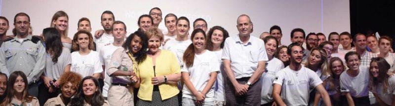 Menteri Imigrasi dan Integrasi sekaligus anggota Knesset Sofa Landver (dari partai Yisrael Beiteynu) berpose dengan para relawan pendukung terorisme Zionis 'Israel'. Foto: Kementerian Pertahanan 'Israel'