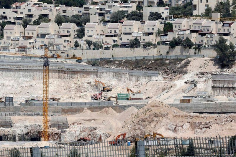 Para pekerja konstruksi membangun permukiman ilegal Yahudi di Tepi Barat pada 25 Agustus 2017. Foto: Wisam Hashlamoun/Apaimages