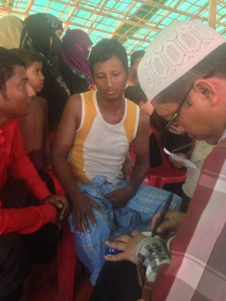 Ahmad Kabir (28), salah satu di antara 200 ribuan Muhajirin di kamp Muhajirin Kutupalong. Ia mengantre sejak pagi untuk diperiksa. Ia mengeluhkan rasa sakit di beberapa bagian tubuhnya terutama tulang dan persendian. Ketika diobservasi dokter, ia bercerita pernah dipukuli tentara Myanmar ketika desanya diserang sebelum mengungsi ke Kutupalong. Foto: Sahabat Al-Aqsha | SA4Rohingya