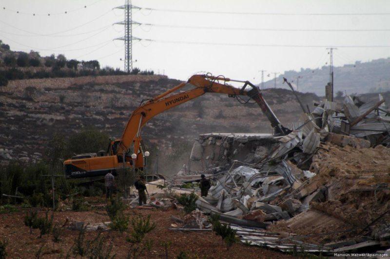 Serdadu penjajah Zionis menghancurkan rumah warga Palestina. Foto: Mamoun Wazwaz/Apaimages