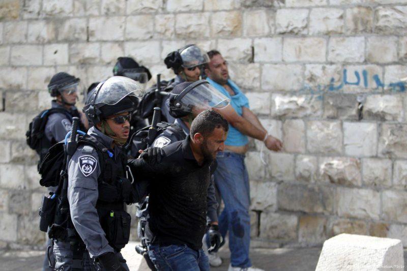 Pasukan keamanan Zionis menangkap warga Palestina pada 15 Oktober 2015. Foto: Muammar Awad/Apaimages